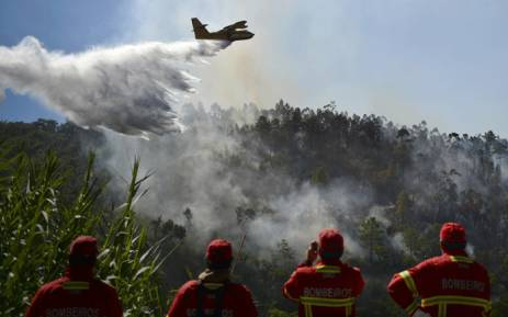 aerial firefighting plane in Portugal and 4 firemen