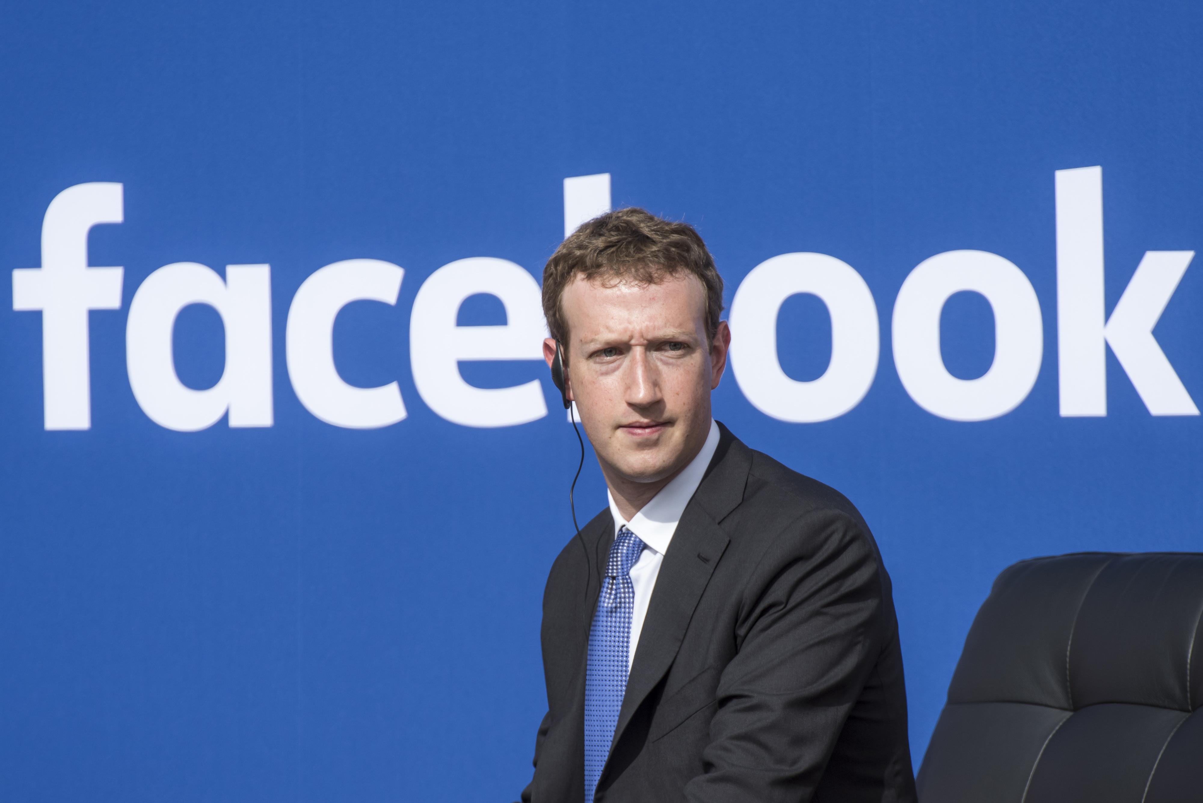 Mark Zuckerberg, Facebook words behind him